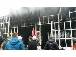 Gece çıkan yangında iki iş yeri yandı
