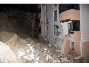 Tonlarca Ağırlığındaki İstinat Duvarı Apartmana Devrildi