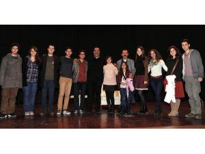 Üniversiteli Gençler 'Çöp Tenekesi'ni İlgiyle İzledi