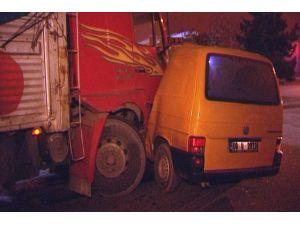 Kamyonun çarptığı minibüsteki bir kişi yaralandı