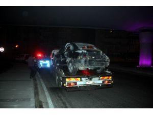 Sürücüsünün Direksiyon Hakimiyetini Kaybettiği Otomobil Ağaca Çarparak Durabildi