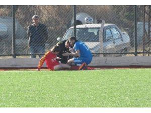 Sakatlanan Futbolcuya Rakip Takım Yedek Oyuncusu Müdahale Etti