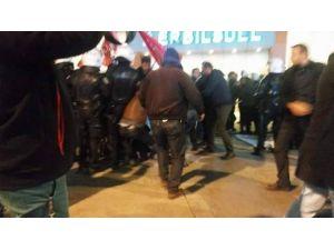 İzmir'de İzinsiz Gösteri Yapan Gruba Polisten Müdahale