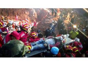 Çin'deki Toprak Kaymasında 67 Saat Sonra Kurtarıldı
