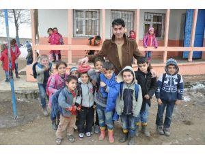 Köy Okuluna Bilgisayar Ve Perde Yardımı