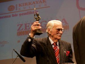 Türk sinemasının emektarı Eşref Kolçak'a yaşam boyu onur ödülü