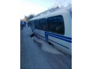 Patlayan içme suyu yolu çökertti, otobüs içine düştü