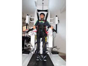 19 Yaşındaki Hüseyin Yürüme Robotuyla İlk Adımlarını Atıyor