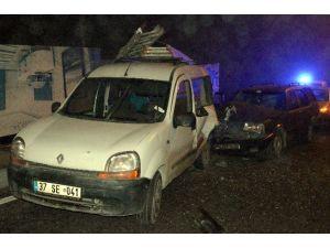 Ambulansa Yol Vermek İsteyen Araç, Park Halindeki Araca Çarptı