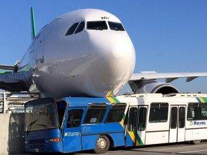 İran uçağı duramayarak beton bariyerlere çarptı