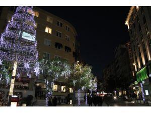 Meydanlar yeni yıl için süslendi; vatandaşlar umutsuz