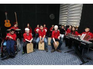 Yaşar'dan Görme Engellilere Müzik Odası