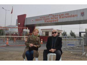 Silivri Cezaevi önünde 'Aldırma Gönül' türküsü
