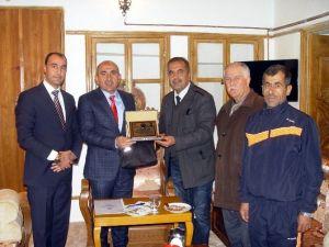 Askf Başkanı Mahmut Özkan'dan Başkan Kara'ya Plaket