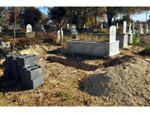 Öldü Zannedilen Hastanın Selası Verilip Mezarı Kazıldı