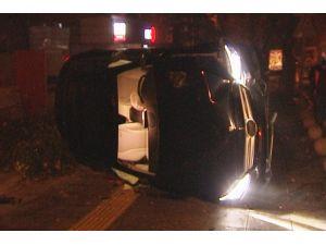 Silindirle kamyonun arasından geçen otomobil kaldırımda yan yattı