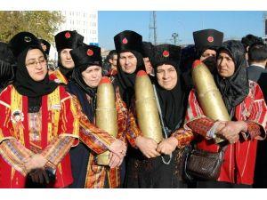 Kurtuluş Günü Kutlamalarında Kadınlar Kucağında Mermi Taşıdı
