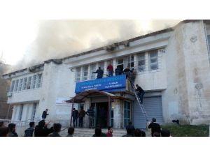 Teröristler, İçerisinde Öğrencilerin Bulunduğu Binayı Ateşe Verdi