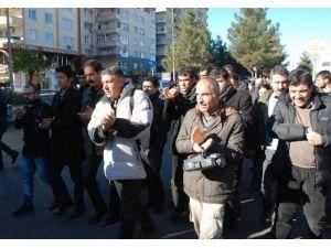 Gazeteciler, Sokağa Çıkma Yasaklarına Dikkat Çekmek İçin Yürüdü