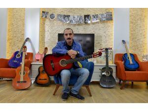 Antalyalı öğretmen, Batman'daki öğrencileri için memleketinden gitar istedi