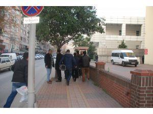 Kocaeli merkezli 8 ilde gözaltına alınan 14 polisten 2'si serbest kaldı