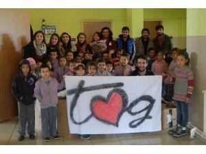 Üniversite Öğrencilerinden Köy Okuluna Kütüphane Yardımı