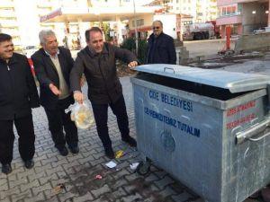 Çevre Komisyon Üyesi Demir, Sokaktan Çöp Topladı