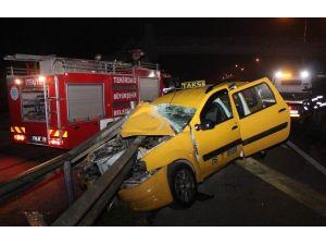 Ticari Taksi Bariyerlere Girdi: 1 Yaralı