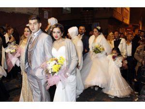 Resmi Nikahı Olmayan 11 Roman Çifti, Dünya Evine Girdi