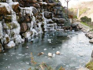 Bilecik'te Soğuklar Şelaleyi Dondurdu