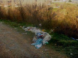 Çöplerini Köy Yollarının Kenarlarına Döküyorlar