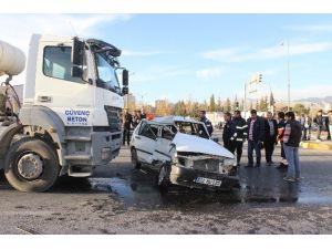 Beton Mikseri Otomobili Ezdi: 2 Yaralı