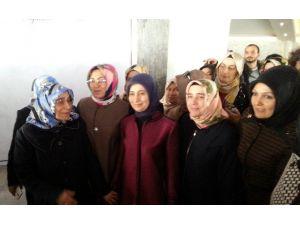 Sare Davutoğlu'na Yaşlı Kadından Sevgi Gösterisi