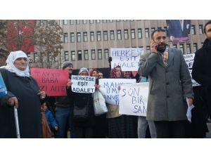 Mahkum yakınları ceza indirimi için adliye önünde eylem yaptı