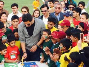 Ünlü kriket oyuncusu, kızının doğum gününü 400 öksüzle kutladı
