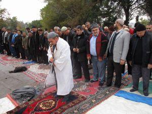 Adana'da ters cübbeyle yağmur duası