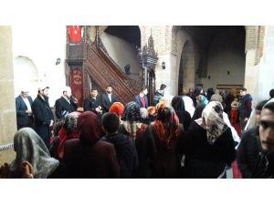 Kutsal Emanetleri Görmek İsteyen 10 Bin Kişi Ulu Camiyi Ziyaret Etti