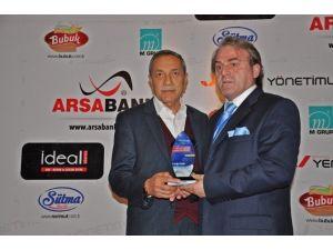 Başkan Özdemir, Yılın Yerel Yöneticileri Dalında Ödül Aldı