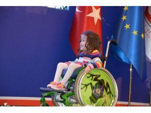 Bakanların Önünde Engelli Arabasıyla Dans Eden Minik Kızın Arabası Kayboldu