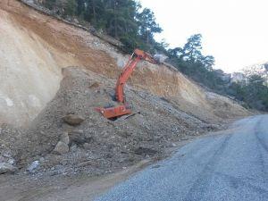 İş makinası toprak altında kaldı, operatör son anda kurtarıldı