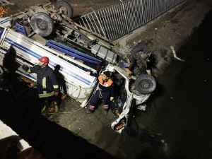Portakal kamyonu kanala uçtu: 1 ölü