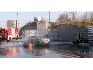 Aracında diri diri yanmaktan son anda çarptığı araç sürücüsü kurtardı