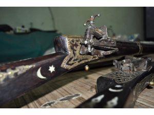 Eski Silah Ve Kılıçları Sanat İçin İşliyor