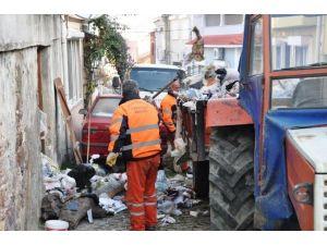 Ayvalık Belediyesi Temizlik Ekipleri Çöp Evi Boşalttı