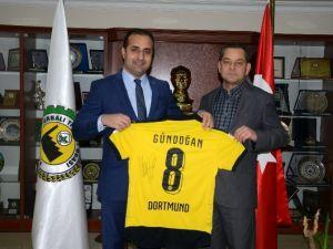 Dortmund'un Yıldız Futbolcusundan O Başkana İmzalı Forma