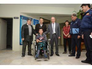 Dinar'da iki engelli daha akülü tekerlekli sandalyelerine kavuştu