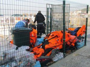 Can Kurtarmayan 'Ölüm Yelekleri' Çöpe Gitti