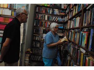 Otellerde bırakılan kitaplar, yerleşik yabancılara kütüphane oldu