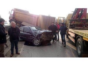 Otomobili Biçen Kamyon Bariyerleri Aşıp Korkuluklara Çıktı