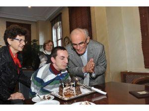 Başkan Yılmaz, Engelli Yazarın Doğum Gününü Makamında Kutladı